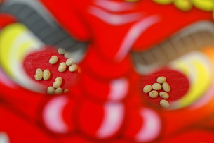 鬼の面と節分豆の写真素材 [FYI00415177]