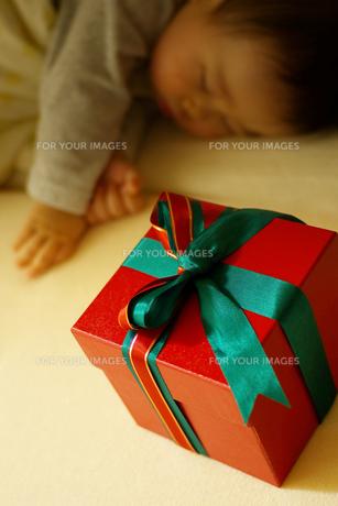 クリスマスプレゼントと男の子の写真素材 [FYI00415183]