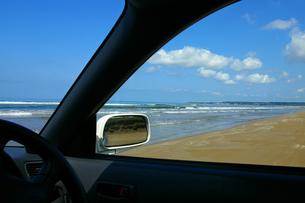 車窓から見た海の写真素材 [FYI00415193]