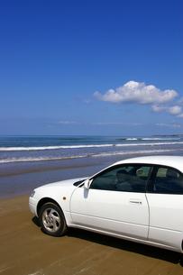 渚の白い車の写真素材 [FYI00415200]