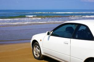 渚の白い車の写真素材 [FYI00415205]