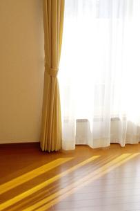 カーテンと窓から入る光の写真素材 [FYI00415338]