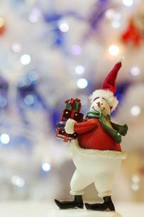 サンタクロースの衣装を着たスノーマンの写真素材 [FYI00415464]