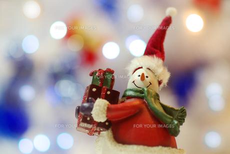 サンタクロースの衣装を着たスノーマンの写真素材 [FYI00415469]