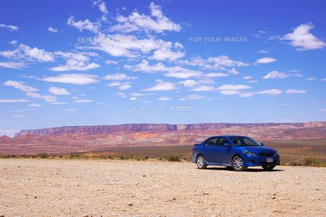 青空と青い車の素材 [FYI00415493]