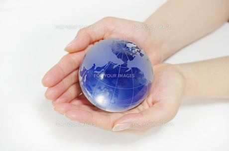 ガラスの地球儀を持つ女性の手の素材 [FYI00415526]