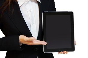 タブレットPCを持つ女性の写真素材 [FYI00415529]