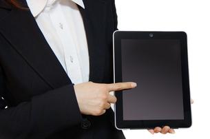 タブレットPCを持つ女性の写真素材 [FYI00415530]