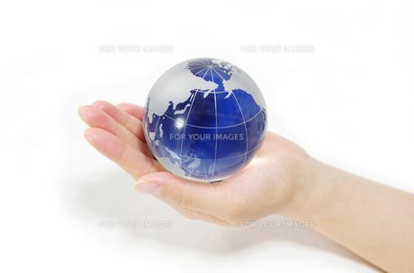 ガラスの地球儀を持つ女性の手の素材 [FYI00415542]