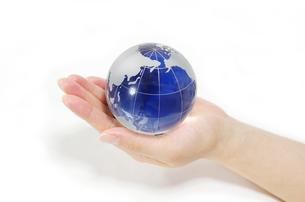 ガラスの地球儀を持つ女性の手の写真素材 [FYI00415542]