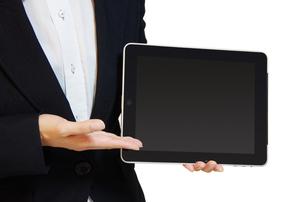 タブレットPCを持つ女性の写真素材 [FYI00415549]