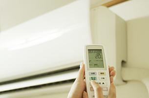 エアコンを操作する女性の手の写真素材 [FYI00415561]