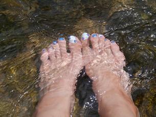 清流とペディキュアの足の写真素材 [FYI00415673]
