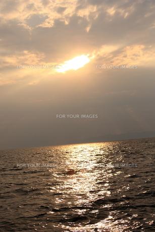 海に輝く夕日の写真素材 [FYI00415754]