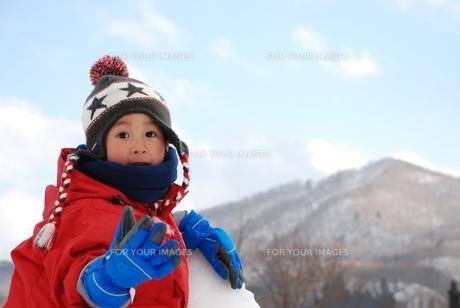雪山で無邪気に遊ぶ子供の写真素材 [FYI00415790]