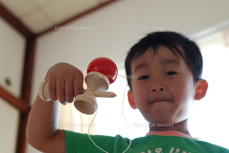 けん玉で遊ぶ子供の写真素材 [FYI00415796]