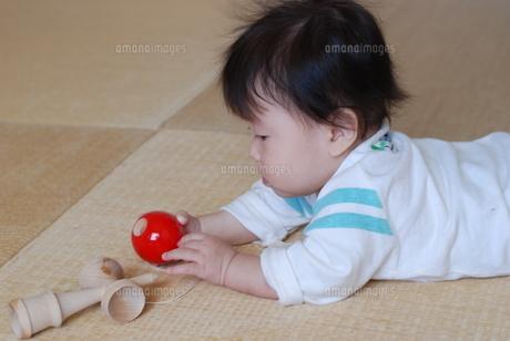 畳の上でけん玉で遊ぶ赤ちゃんの写真素材 [FYI00415797]