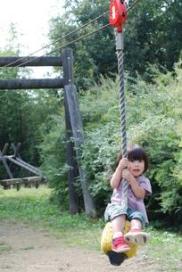 ターザンロープで遊ぶ子供の写真素材 [FYI00415800]