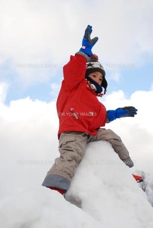 雪山で手を上げて遊ぶ子供の写真素材 [FYI00415801]