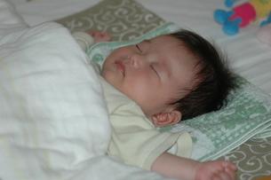 眠る赤ちゃんの写真素材 [FYI00415808]