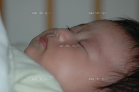 眠る赤ちゃんの写真素材 [FYI00415810]