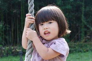 ターザンロープで遊ぶ子供の写真素材 [FYI00415836]