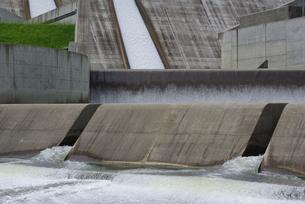 水の流れとコンクリートの写真素材 [FYI00415916]
