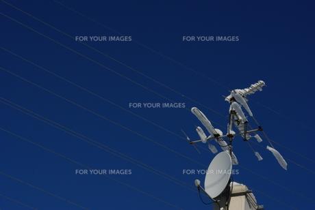 雪のテレビアンテナと電線の写真素材 [FYI00415932]