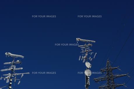 雪のテレビアンテナと鉄塔の写真素材 [FYI00415945]