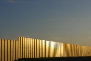 夕日に光る工事フェンスの写真素材 [FYI00415956]