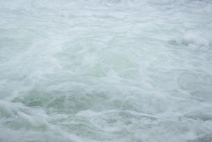 泡立つ流れの写真素材 [FYI00415972]