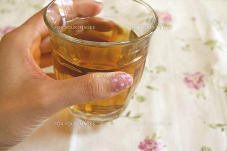 グラスを持つ女性の手の写真素材 [FYI00415976]