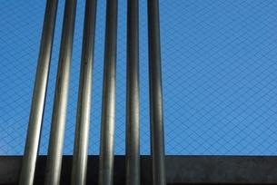 電線配管と網入りガラスの写真素材 [FYI00415990]