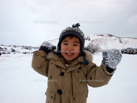 雪を投げる男の子の写真素材 [FYI00416028]