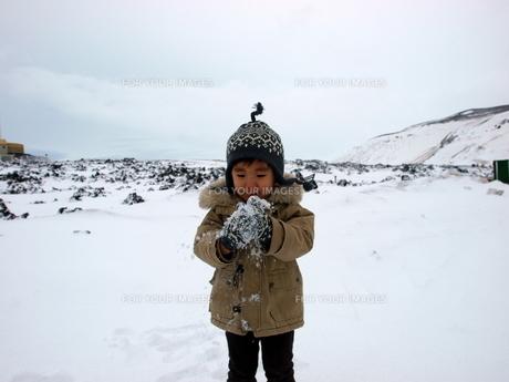 雪遊びをする男の子の写真素材 [FYI00416030]