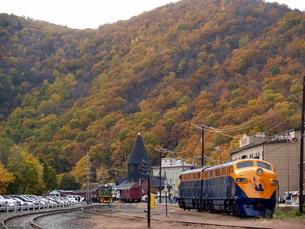 Jersey Central Linesの機関車と紅葉の写真素材 [FYI00416040]
