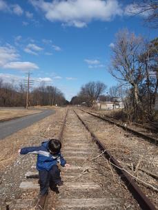 線路を歩く男の子の写真素材 [FYI00416056]