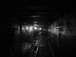 廃坑へ続くレールの写真素材 [FYI00416063]