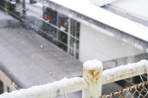 雪の降る駅の素材 [FYI00416113]