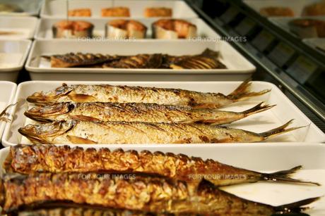 ショーケースの焼き魚の写真素材 [FYI00416114]