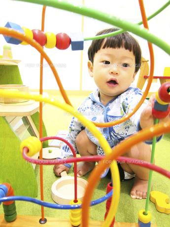 知育玩具で遊ぶ幼児の素材 [FYI00416133]