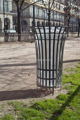 パリの公園のゴミ箱の写真素材 [FYI00416157]