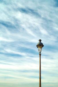ヨーロッパの街灯と青空の素材 [FYI00416179]
