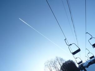 スキー場に広がる飛行機雲の写真素材 [FYI00416200]