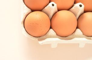 卵パック(横)上寄りの写真素材 [FYI00416329]