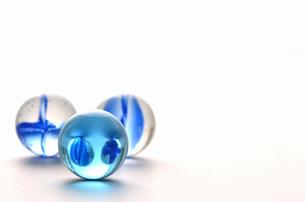 青いビー玉の写真素材 [FYI00416463]