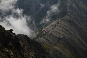 稜線の山小屋の写真素材 [FYI00416739]