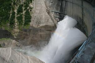 黒部ダムの放水の写真素材 [FYI00416835]
