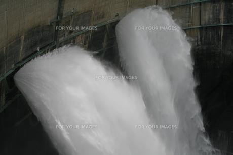 黒部ダム大放水の写真素材 [FYI00416838]