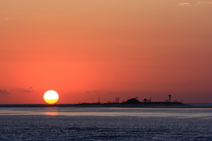 小島と夕日の写真素材 [FYI00416918]